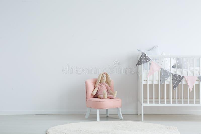 Kinderen` s slaapkamer met stoel royalty-vrije stock foto
