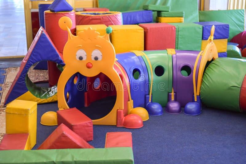 Kinderen` s speelkamer Het binnenland van de speelkamer van de kinderen met speelgoed kleuterschool stock afbeelding