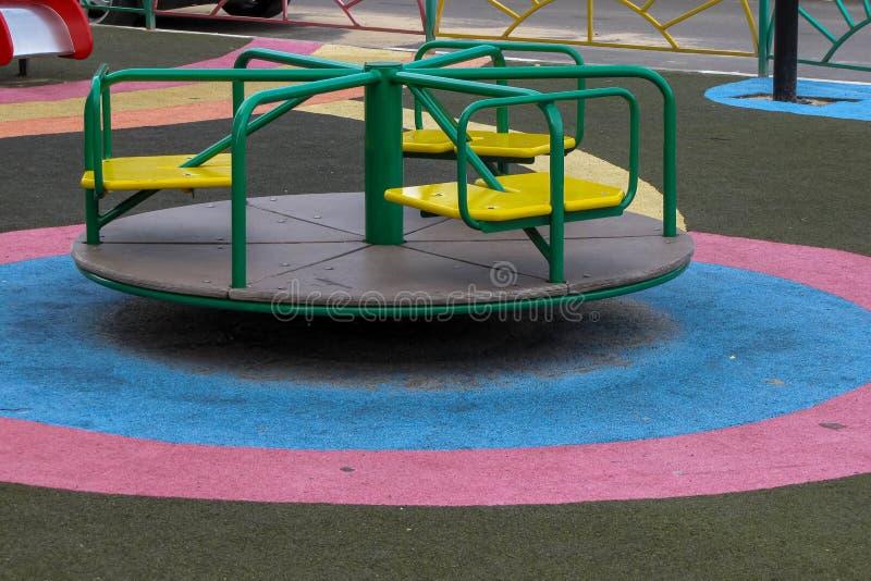 Kinderen` s speelplaats in de werf stock fotografie