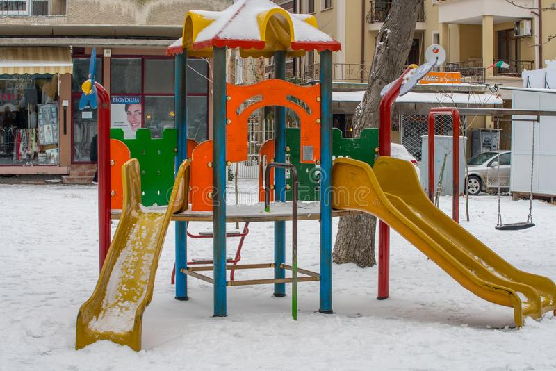 Kinderen` s speelplaats onder de sneeuw in het centrum van Pomorie, Bulgarije royalty-vrije stock foto
