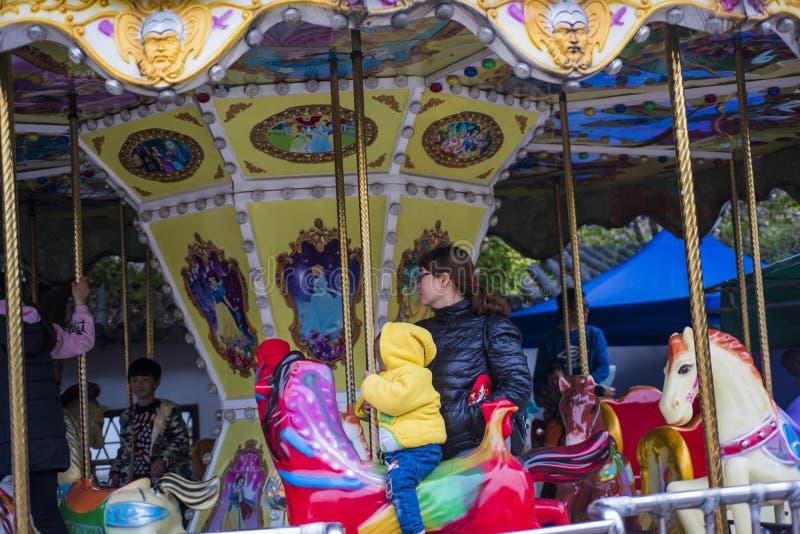 Kinderen` s speelplaats, vrolijk-gaan-rond, meisje stock afbeelding