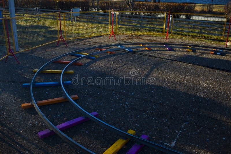 Kinderen` s spoorweg in het park stock afbeeldingen