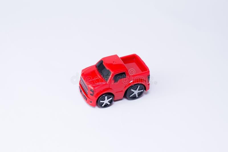 Kinderen` s stuk speelgoed auto die op witte achtergrond wordt geïsoleerd stock afbeelding