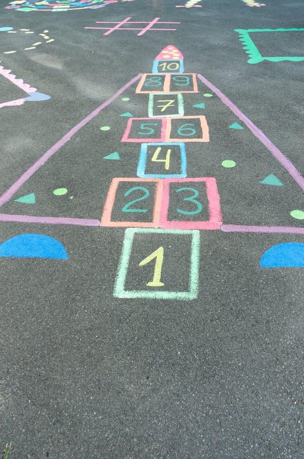 Kinderen` s tekeningen op het asfalt Tekeningen met kleurrijke kleurpotloden royalty-vrije stock fotografie
