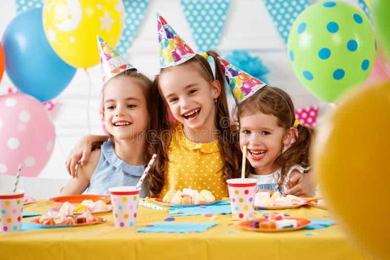 Kinderen` s verjaardag gelukkige jonge geitjes met cake stock foto's