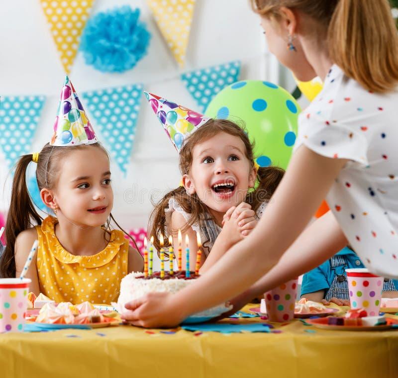 Kinderen` s verjaardag gelukkige jonge geitjes met cake royalty-vrije stock foto's