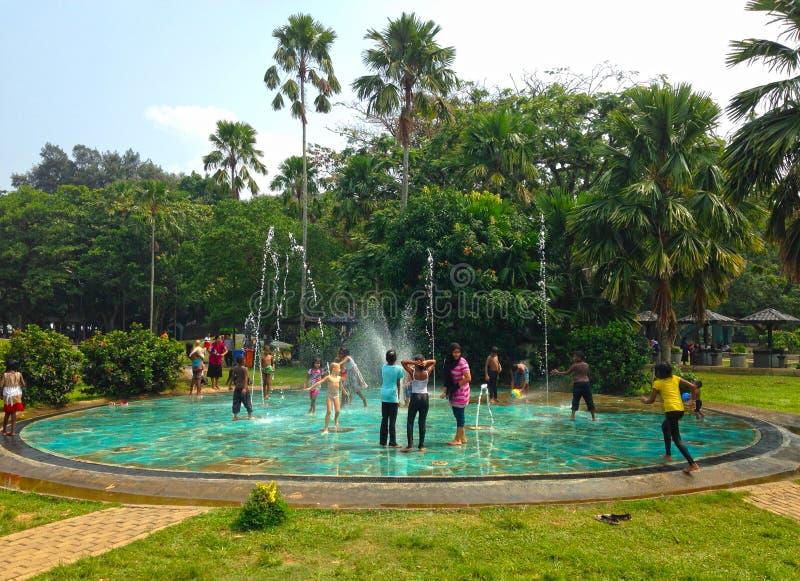 Kinderen` s vermaak in het park Colombo stock foto