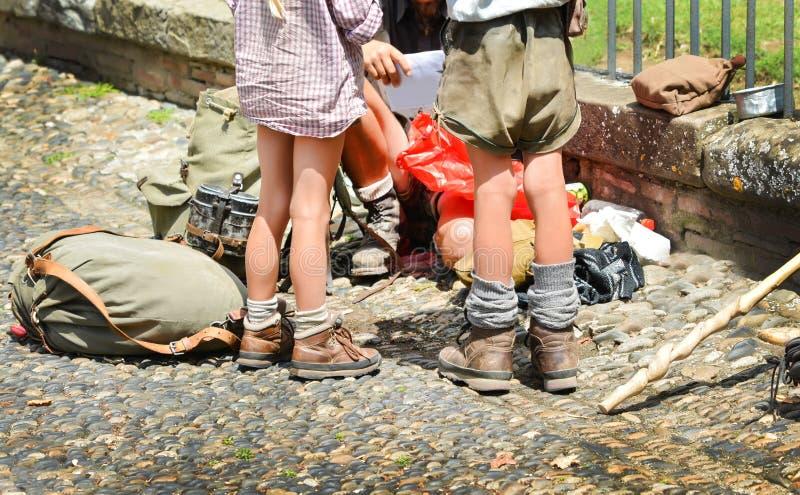 Kinderen in schoenen en kleren voor het reizen stock afbeelding