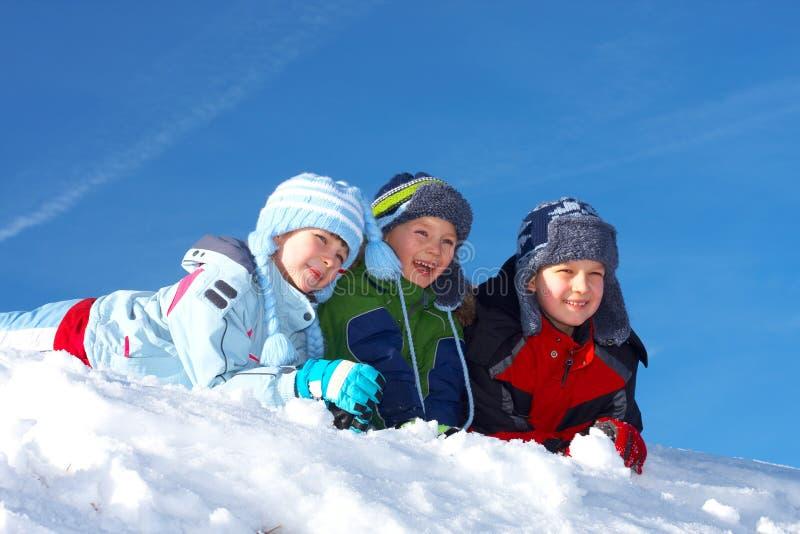 Kinderen in sneeuw stock foto