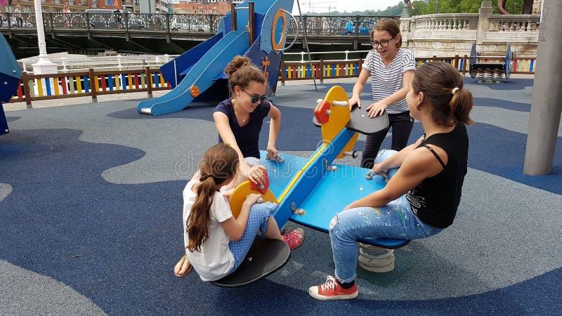 Kinderen in speelplaats royalty-vrije stock afbeeldingen