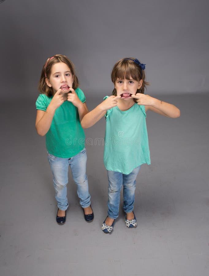Kinderen stomme gezichten royalty-vrije stock afbeelding