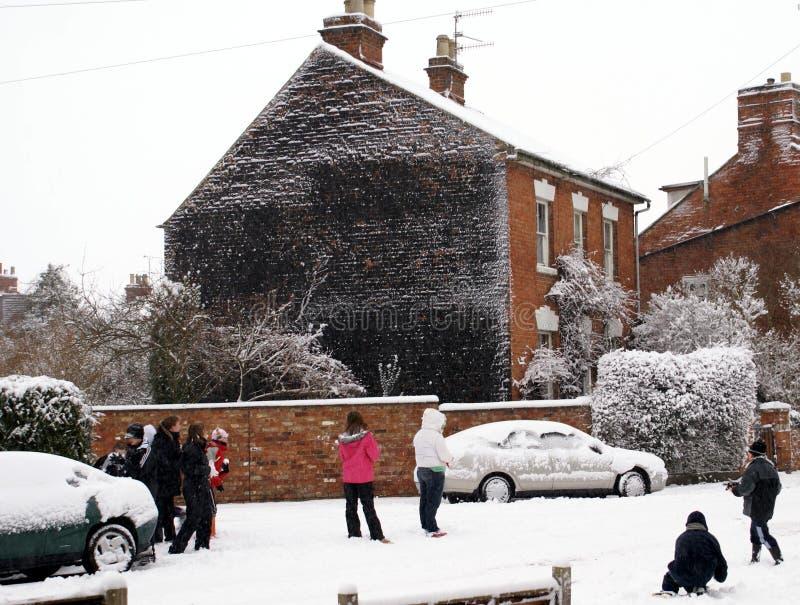 Kinderen in straat het spelen in sneeuw royalty-vrije stock fotografie