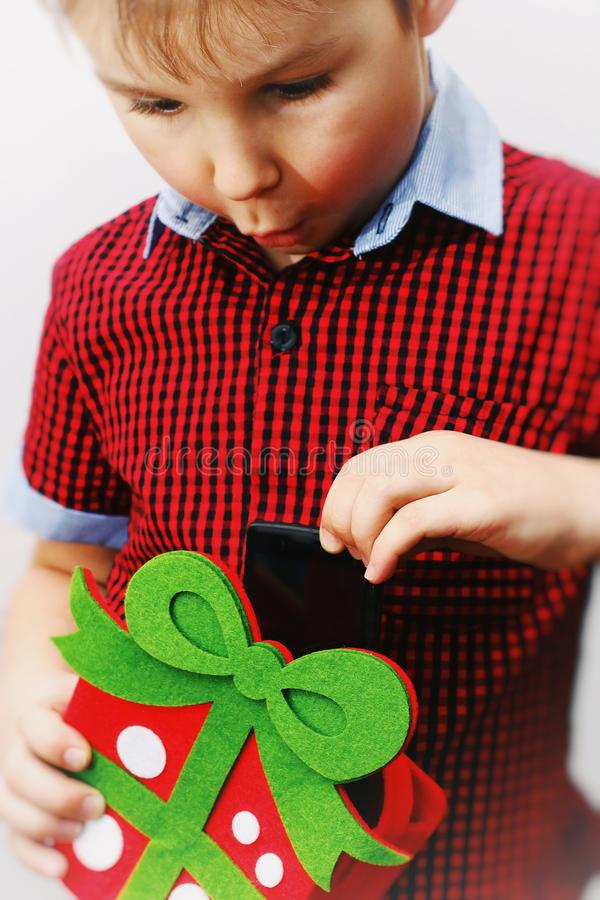 kinderen, technologie, mededeling en mensenconcept - glimlachende jongen met smartphone de verraste jongen neemt een smartphone v royalty-vrije stock foto