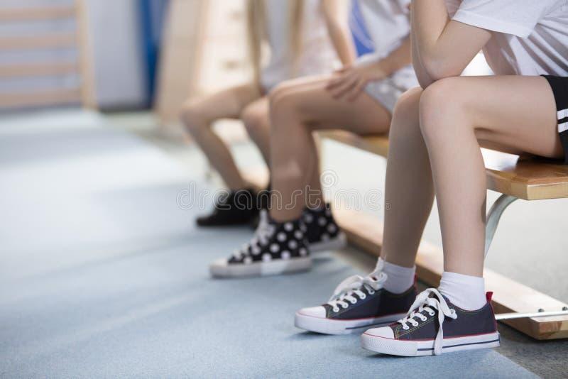 Kinderen in tennisschoenen stock foto
