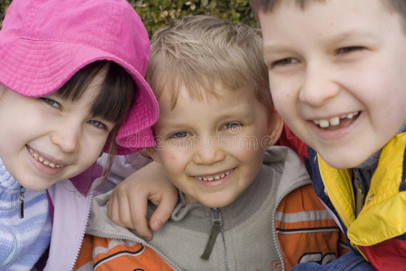 Kinderen in tuin stock afbeelding