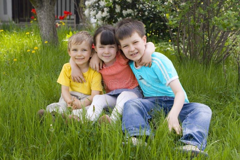 Kinderen in tuin royalty-vrije stock afbeeldingen