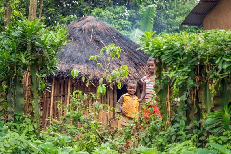 Kinderen voor hun huis in Ethiopië stock fotografie