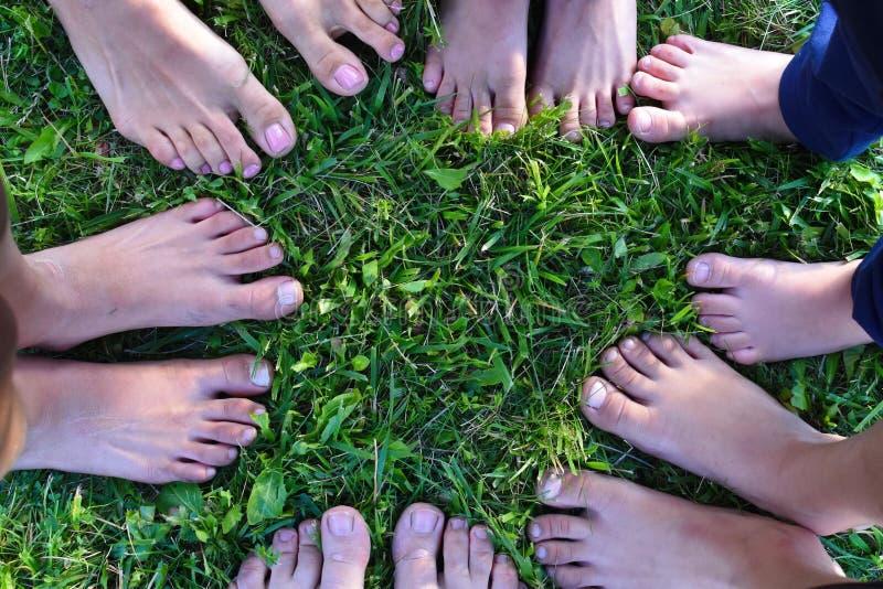 Kinderen voorgelegde benen in een cirkel aan elkaar royalty-vrije stock foto