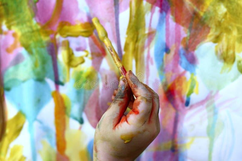 Kinderen weinig kunstenaar het schilderen handborstel stock foto