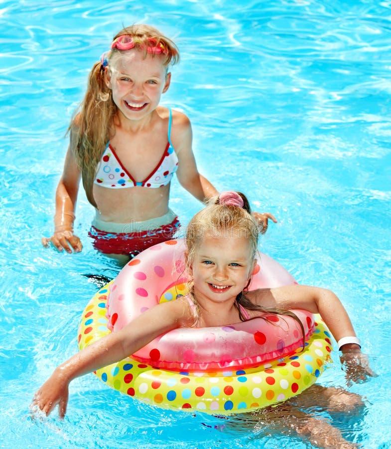 Kinderen in zwembad. stock afbeelding