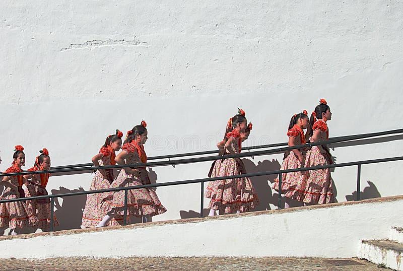 Kinderendansers die naar het stadium tijdens het festival van Corpuschristi procession in Ronda gaan royalty-vrije stock fotografie