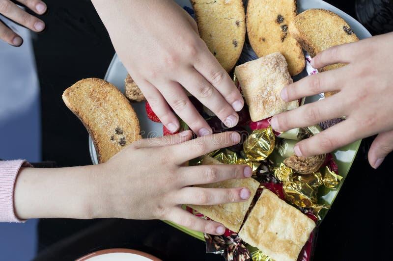 Kinderenhanden met Snoepjes royalty-vrije stock foto's