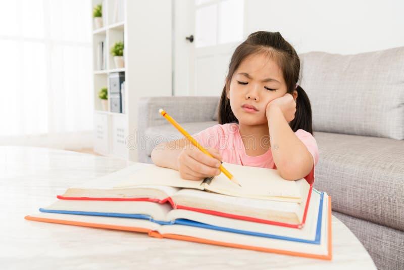 Kinderenmeisje die terug naar school voorbereidingen treffen stock afbeeldingen