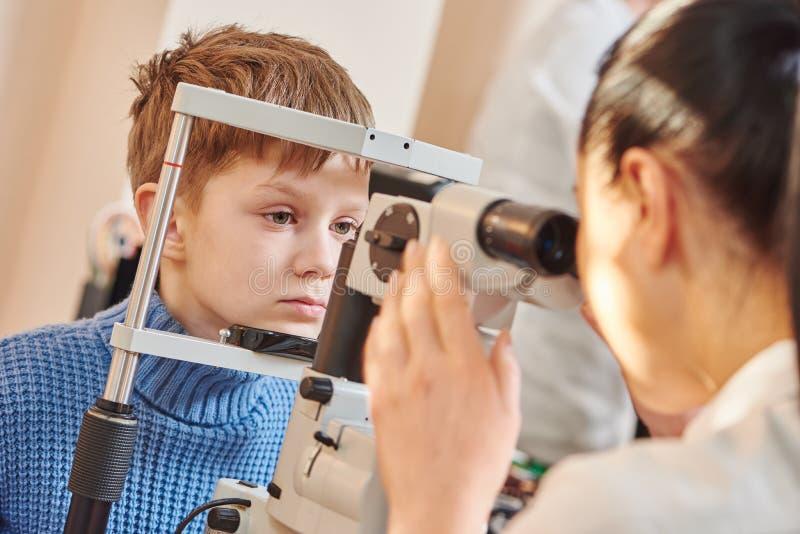 Kinderenoftalmologie of optometrie stock afbeeldingen