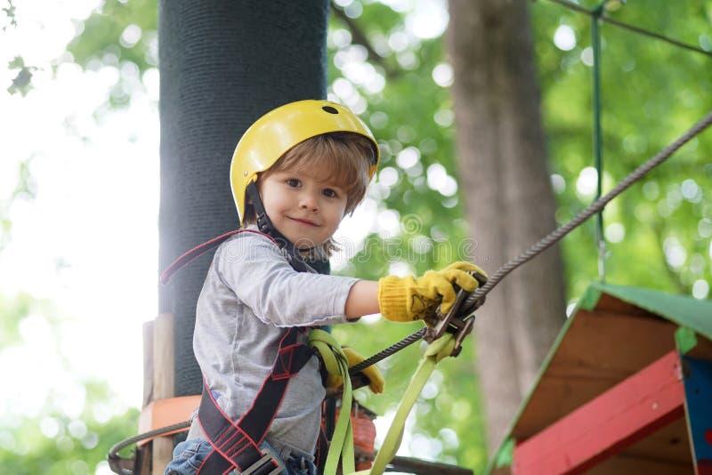 Kinderenpret Actieve kinderen Mooi weinig kind die en pret in avonturenpark beklimmen hebben Vroege kinderjaren royalty-vrije stock fotografie