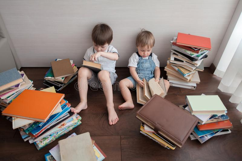 Kinderenrust door boeken wordt omringd dat stock foto