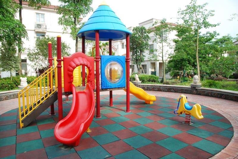 Kinderenspeelplaats in de flats royalty-vrije stock afbeeldingen