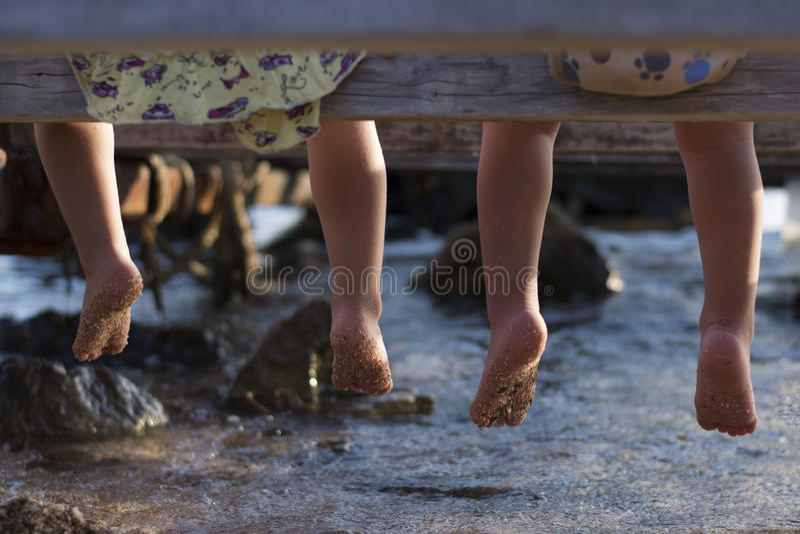 Kinderenvoeten hierboven - water royalty-vrije stock foto's
