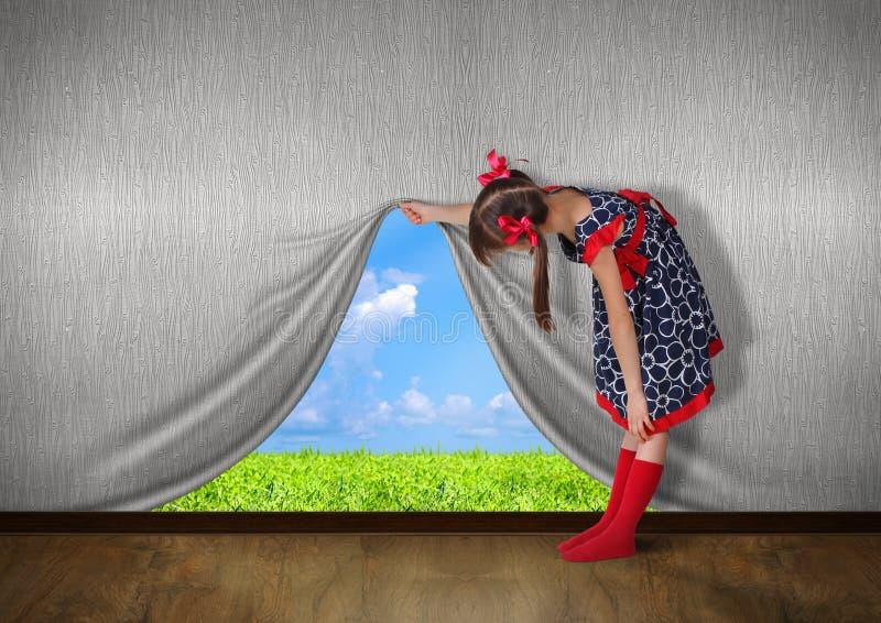 Kindererhöhung die Wand und der Blick auf Natur stockfotografie