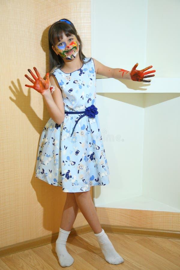 Kinderfarbengesichter mit Farben stockfoto