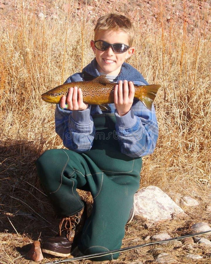 Kinderfischen - Halten einer großen Forelle lizenzfreie stockfotografie