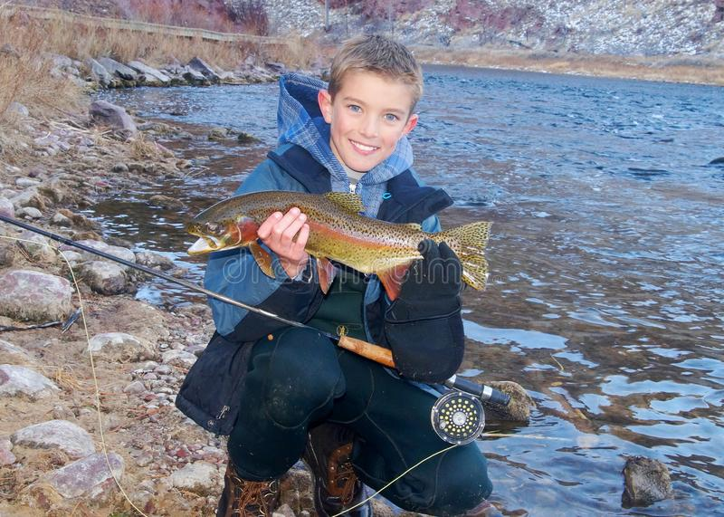 Kinderfischen - Halten einer Trophäenforelle lizenzfreie stockfotografie
