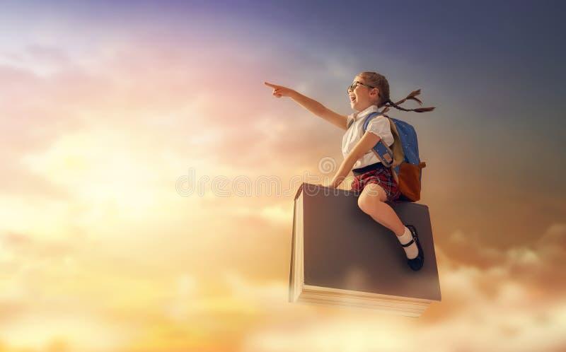 Kinderfliegen auf dem Buch lizenzfreies stockfoto