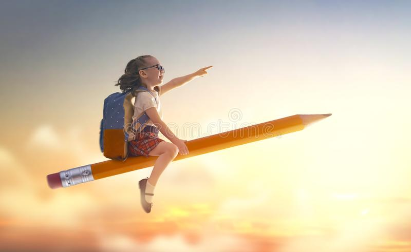 Kinderfliegen auf einem Bleistift stockfotos