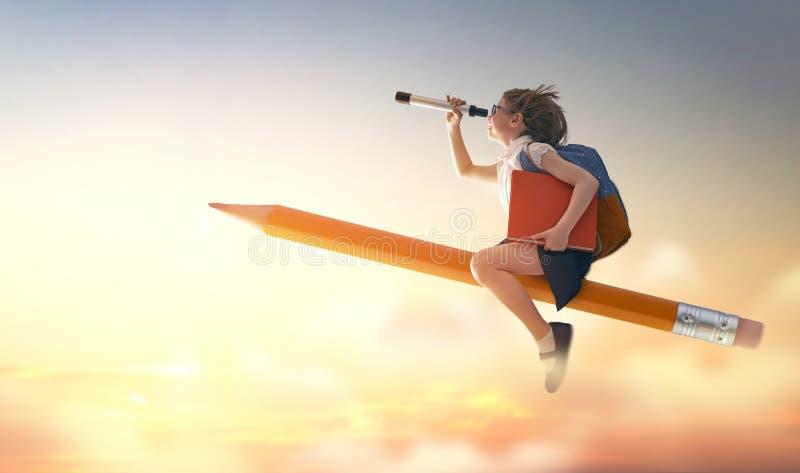 Kinderfliegen auf einem Bleistift lizenzfreie stockfotos