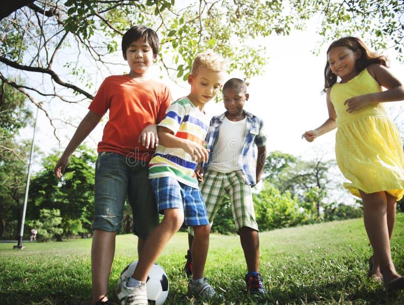 Kinderfreund-Jungen-Mädchen-spielerisches Natur-Nachkommenschafts-Konzept lizenzfreie stockbilder
