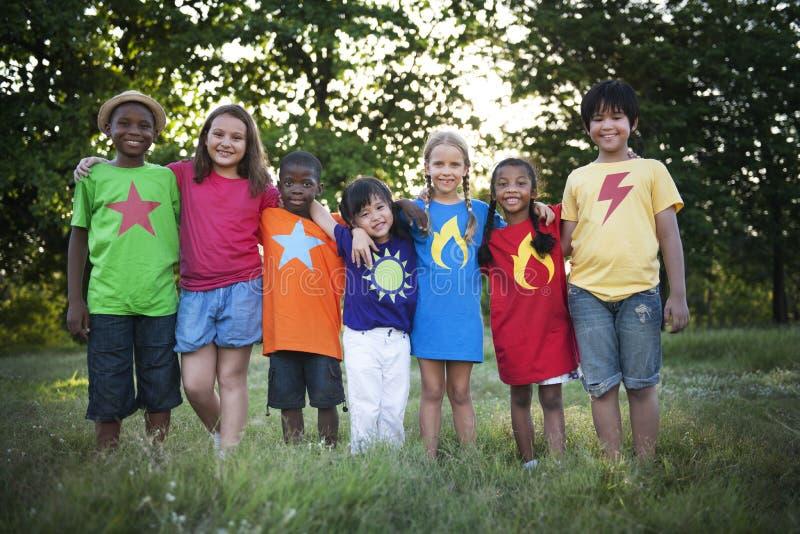 Kinderfreund-Jungen-Mädchen-spielerisches Natur-Nachkommenschafts-Konzept stockbild