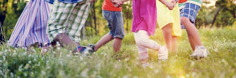 Kinderfreunde, die spielerisches aktives Konzept spielen stockfotografie