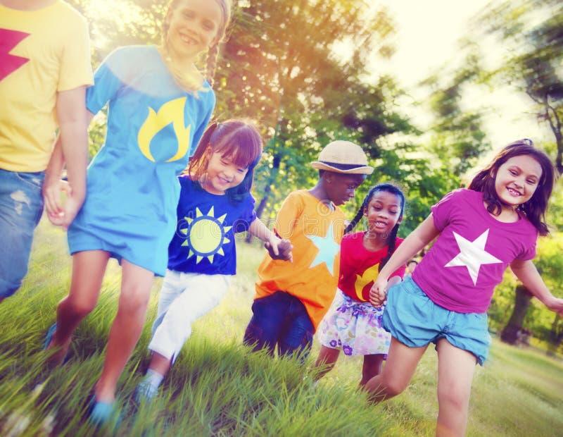 Kinderfreundschafts-Zusammengehörigkeits-lächelndes Glück lizenzfreie stockfotografie