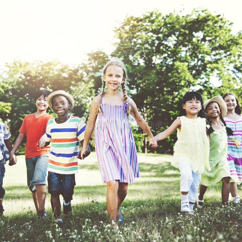 Kinderfreundschafts-Zusammengehörigkeits-lächelndes Glück-Konzept stockbild
