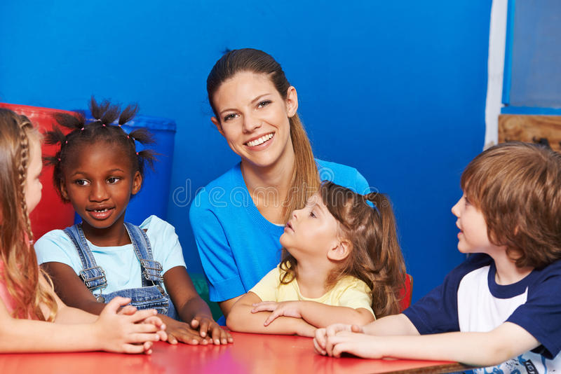 Kindergärtnerin mit Gruppe Kindern lizenzfreie stockfotos