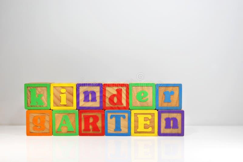 Kindergarten formuliert mit ABC-Blöcken lizenzfreie stockbilder