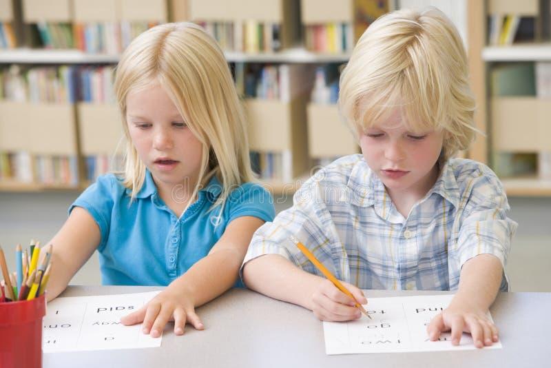 Kindergartenkinder, die erlernen zu schreiben lizenzfreie stockbilder