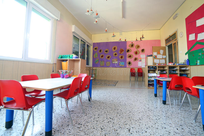 Kindergartenklassenzimmer mit Zeichnungen auf den Wänden lizenzfreies stockbild