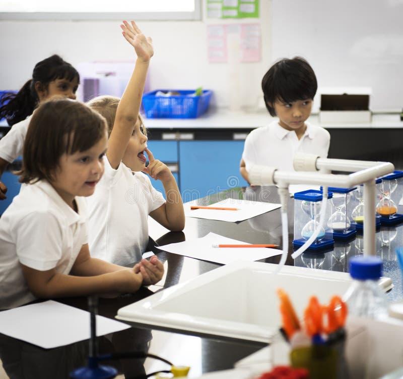 Kindergartenstudenten, die Studie im Klassenzimmer lernen lizenzfreie stockfotos