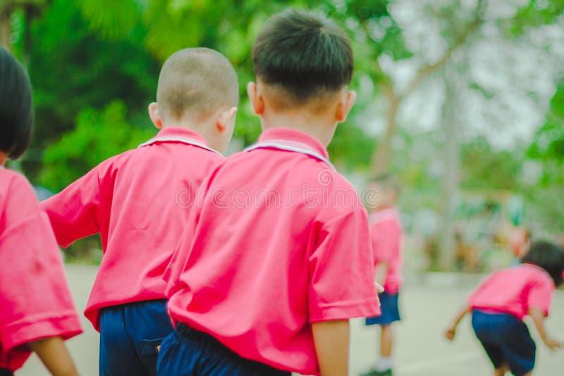 Kindergartenstudenten trainieren am Morgen lizenzfreie stockfotos